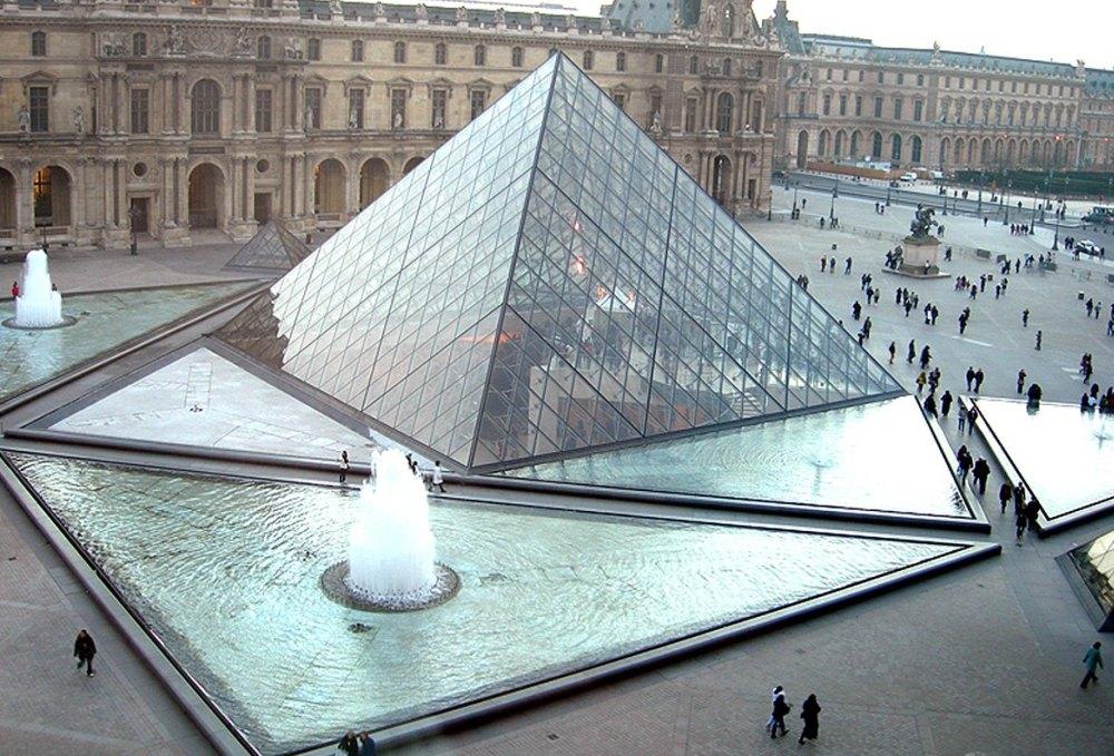 Треугольные бассейны с фонтанами