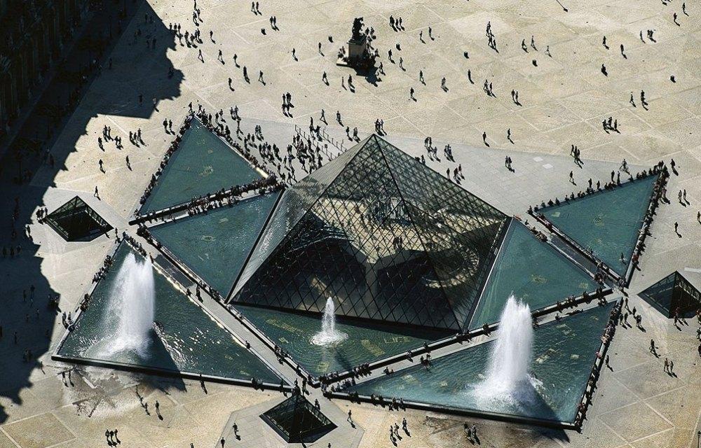 Пирамиду-вход окружают три пирамиды