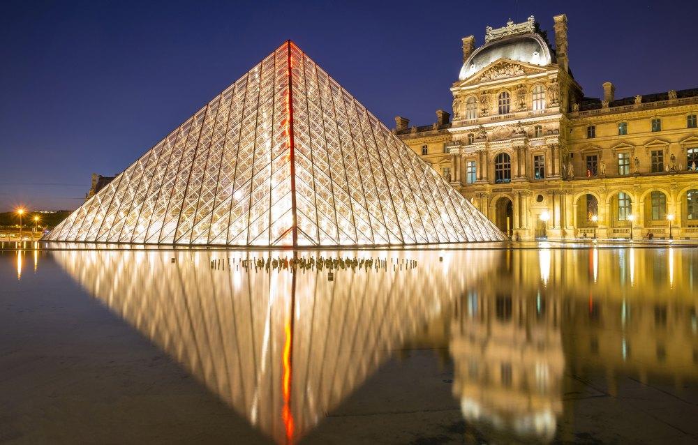 Подсвеченная пирамида