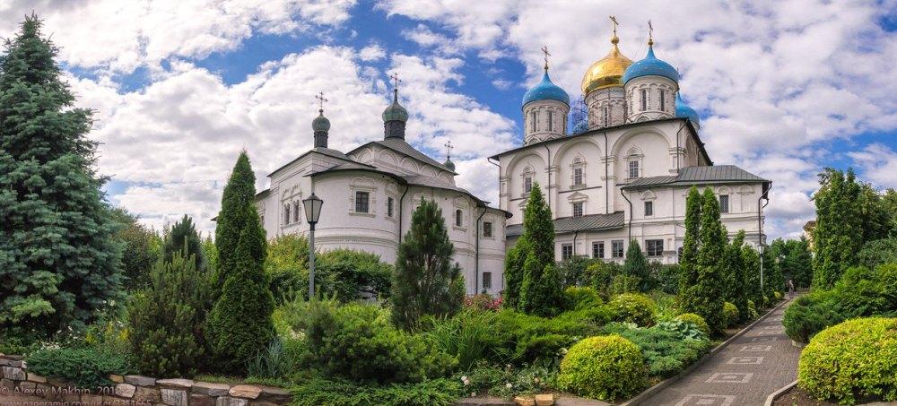 Территория монастыря утопает в зелени