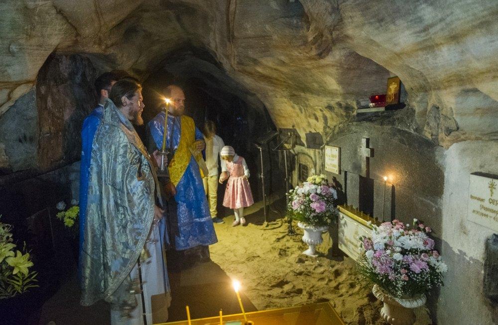 Служители в пещерах