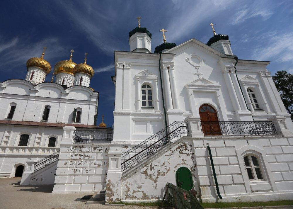 Во дворе Ипатьевского монастыря