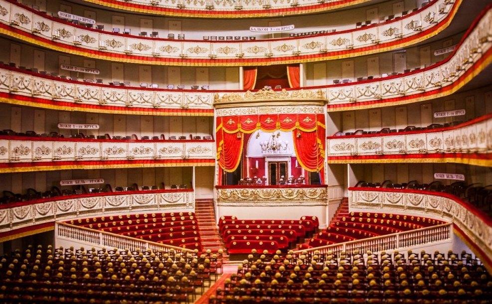 Общий вид зала и сцены