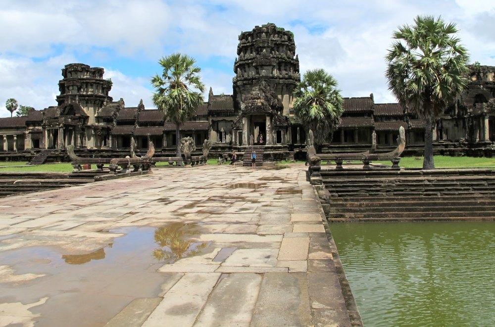 Каменная дамба ведет к храму