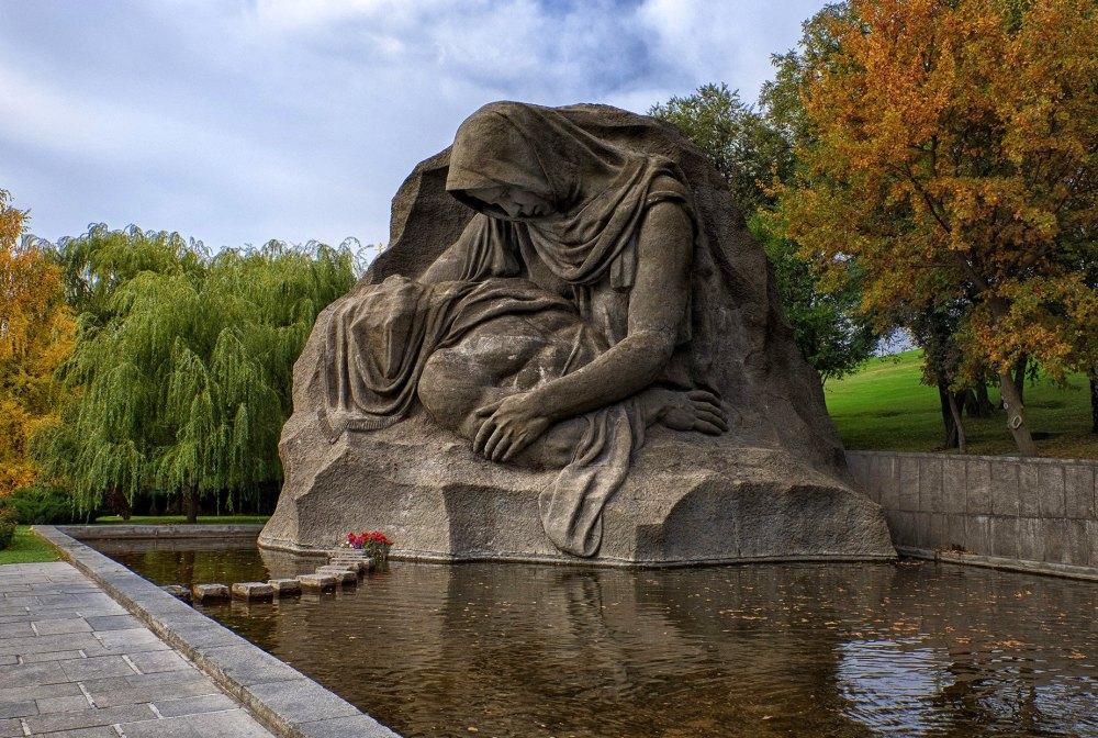 Скульптура «Скорбь матери»