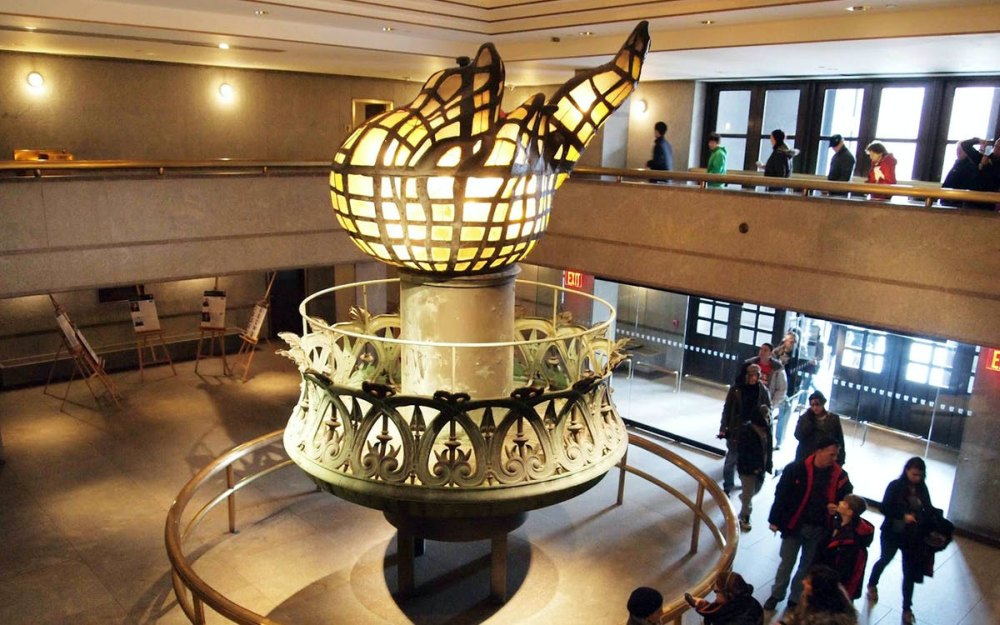 Внутри музея, янтарный факел