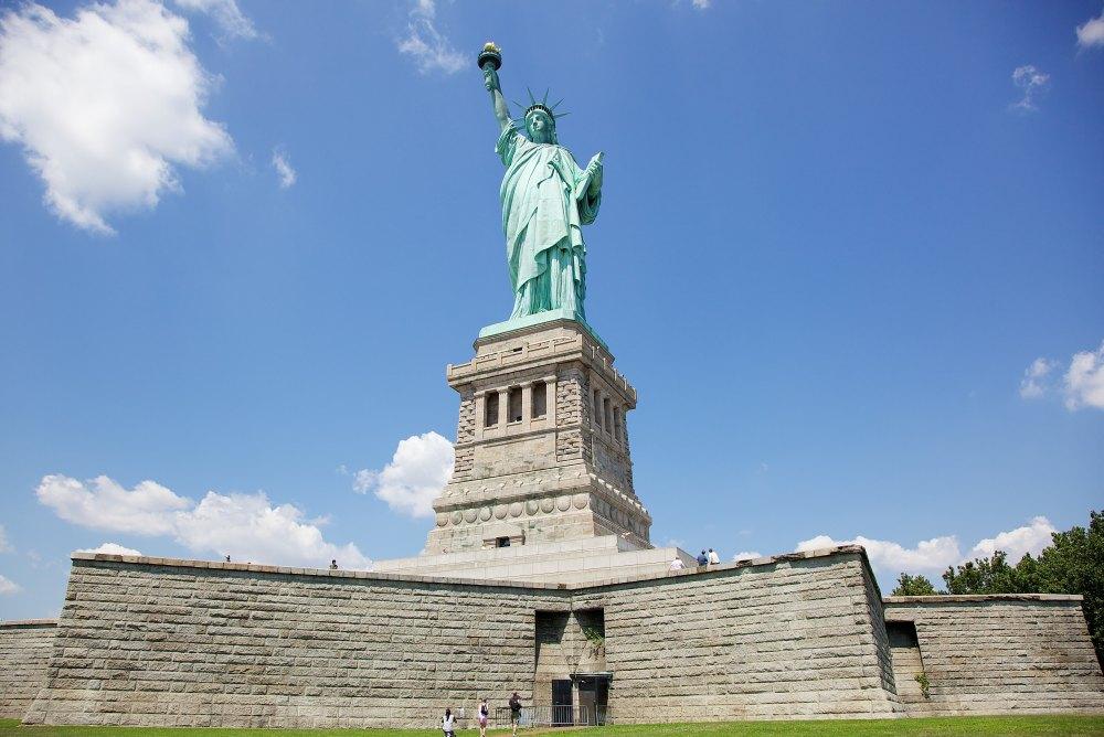 Скульптура установлена на высокий пьедестал
