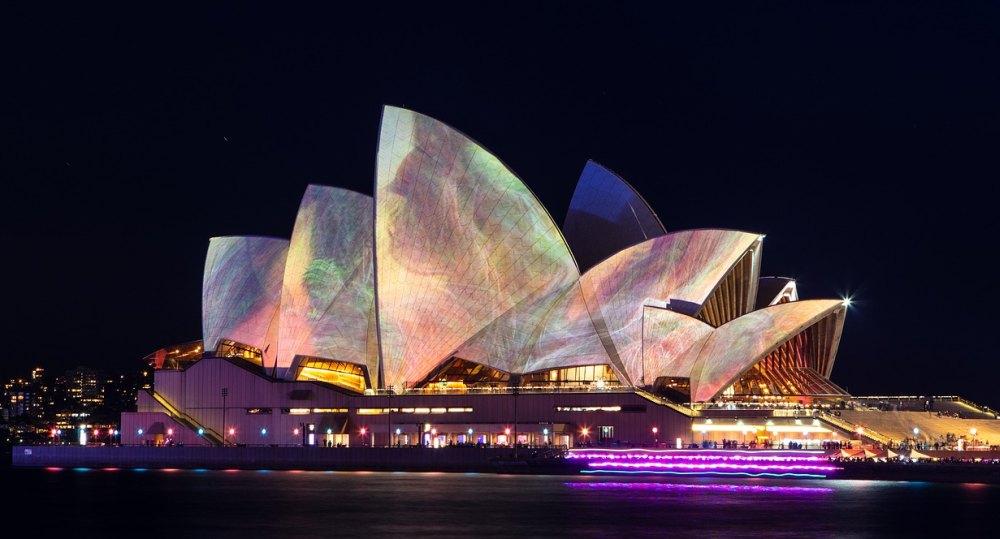 Ночью опера особенно красива