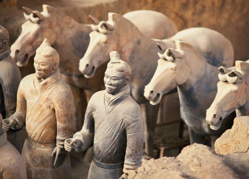 Статуи воинов