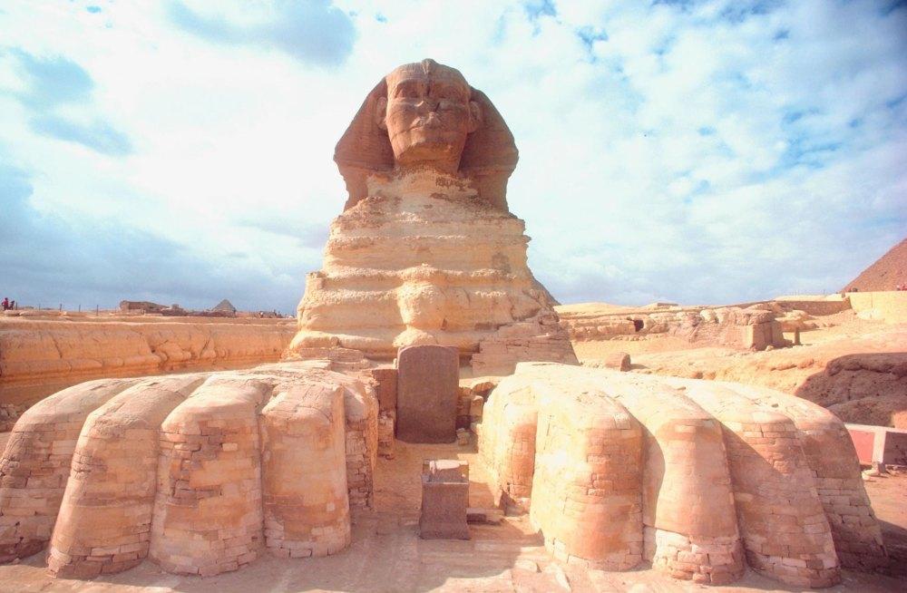 Мощные лапы статуи Сфинкса