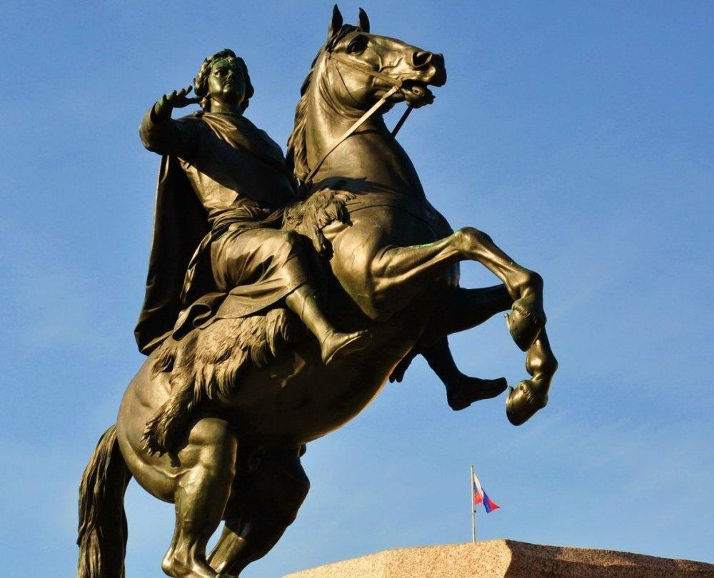 Памятник отлит из бронзы