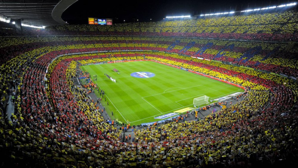 Трибуны и футбольное поле