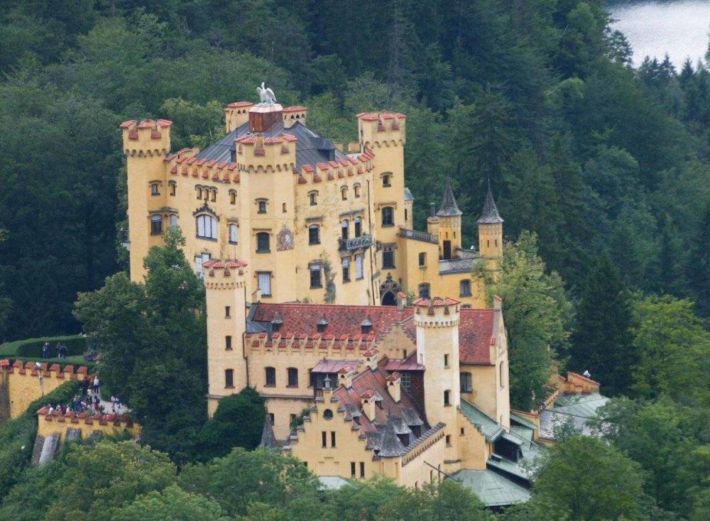 От мрачной средневековой крепости не осталось следа