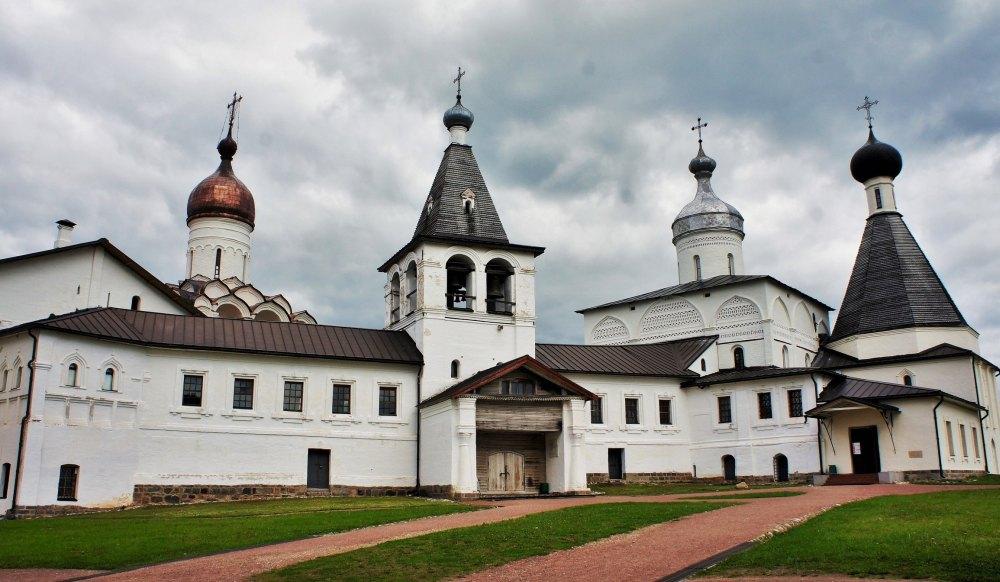 Надвратная церковь Богоявления на фоне других храмов