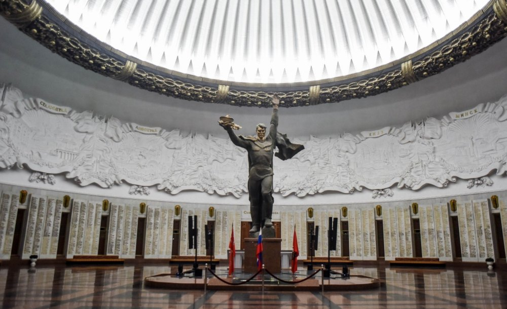 Зал Славы со скульптурой солдата-победителя