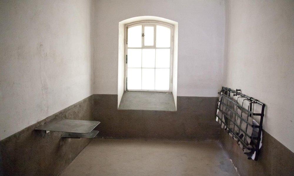 Кровать крепили к стене