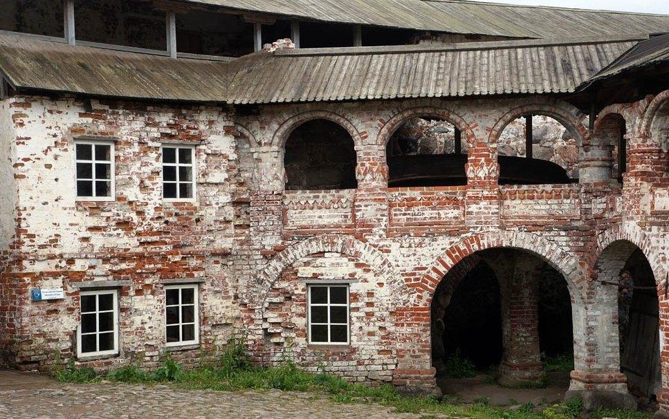 В стенах монастыря устроили камеры