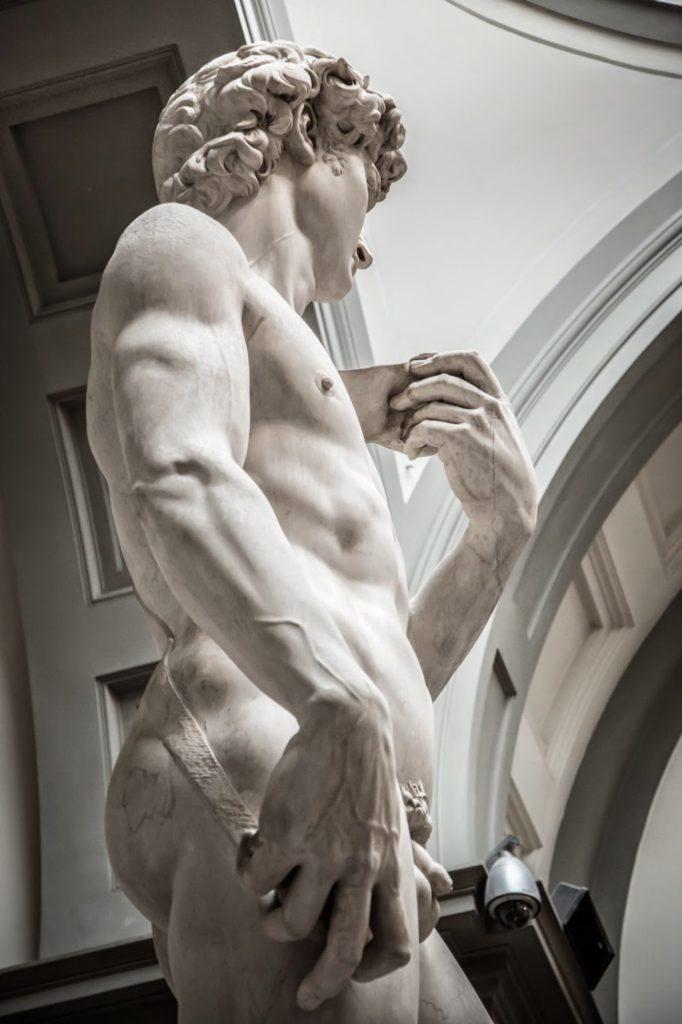 Правая рука Давида слишком большая по отношению к телу
