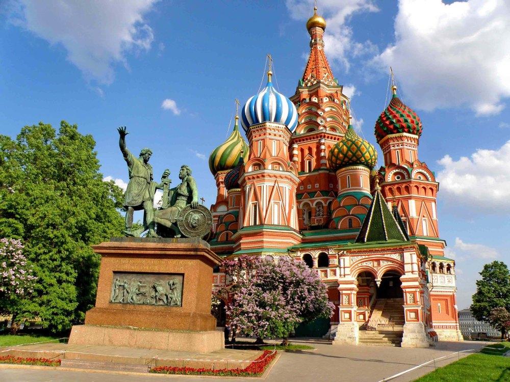 Памятник Минину и Пожарскому на фоне собора
