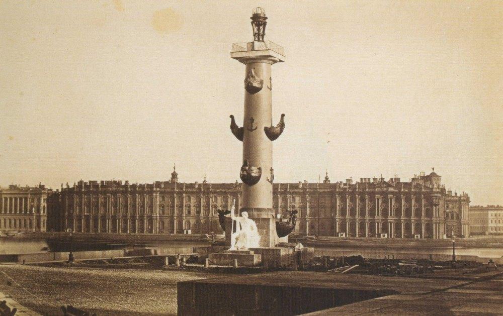 Ростральные колонны на фоне Зимнего дворца