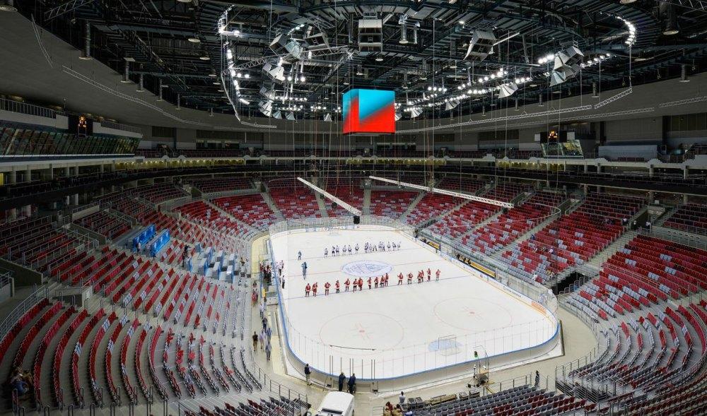 Трибуны и хоккейное поле