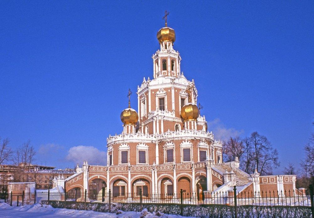 Церковь украшена резным белым камнем