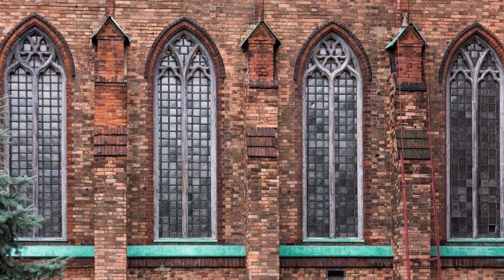 Фасад с вытянутыми стрельчатыми окнами
