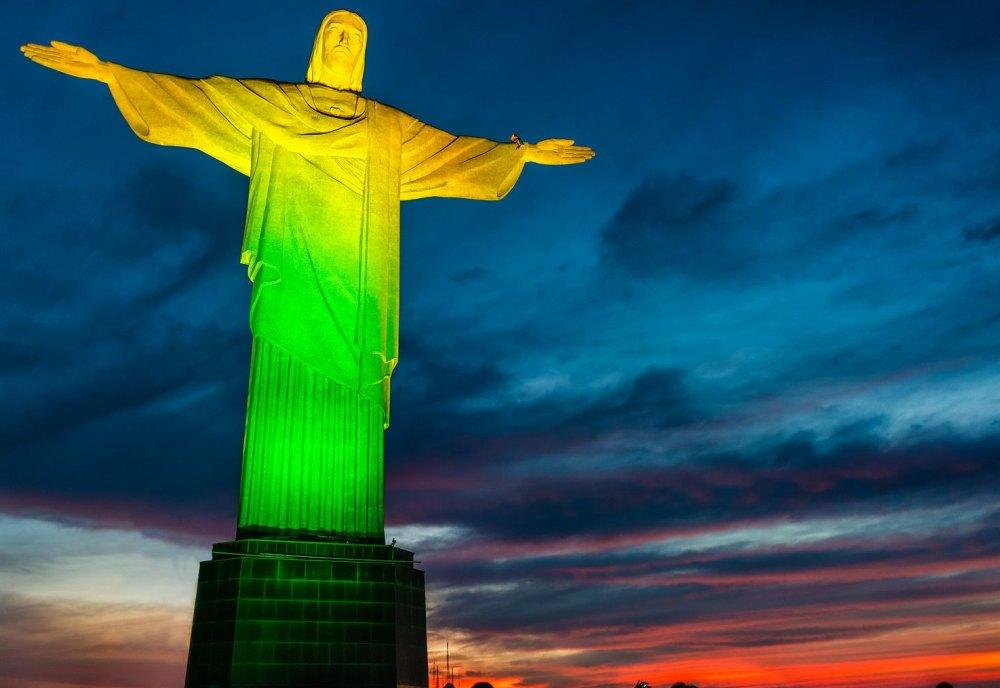 Ночью Христа освещают разноцветными огнями