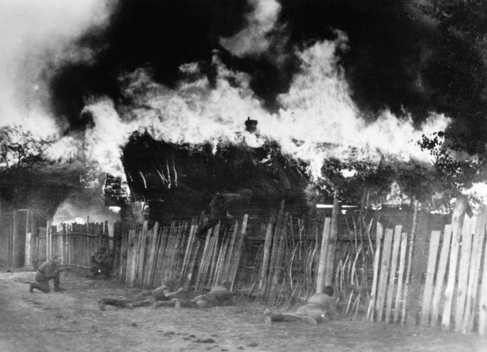 Жителей деревни заперли и подожгли крышу