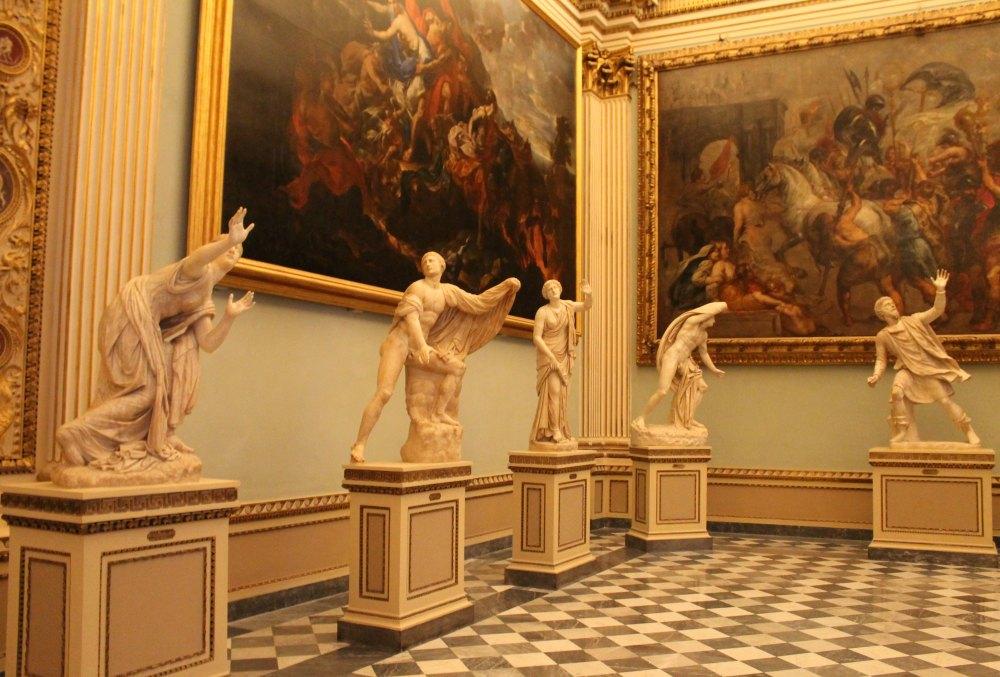 Скульптуры в галерее