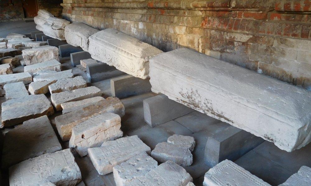 Саркофаги и надгробные плиты