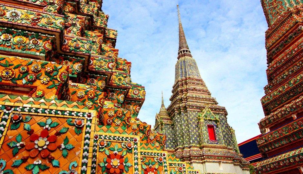 Башни украшены узорами из цветного фарфора