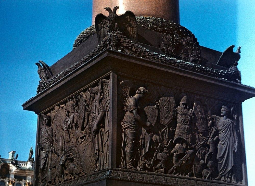 Постамент украшают барельефы