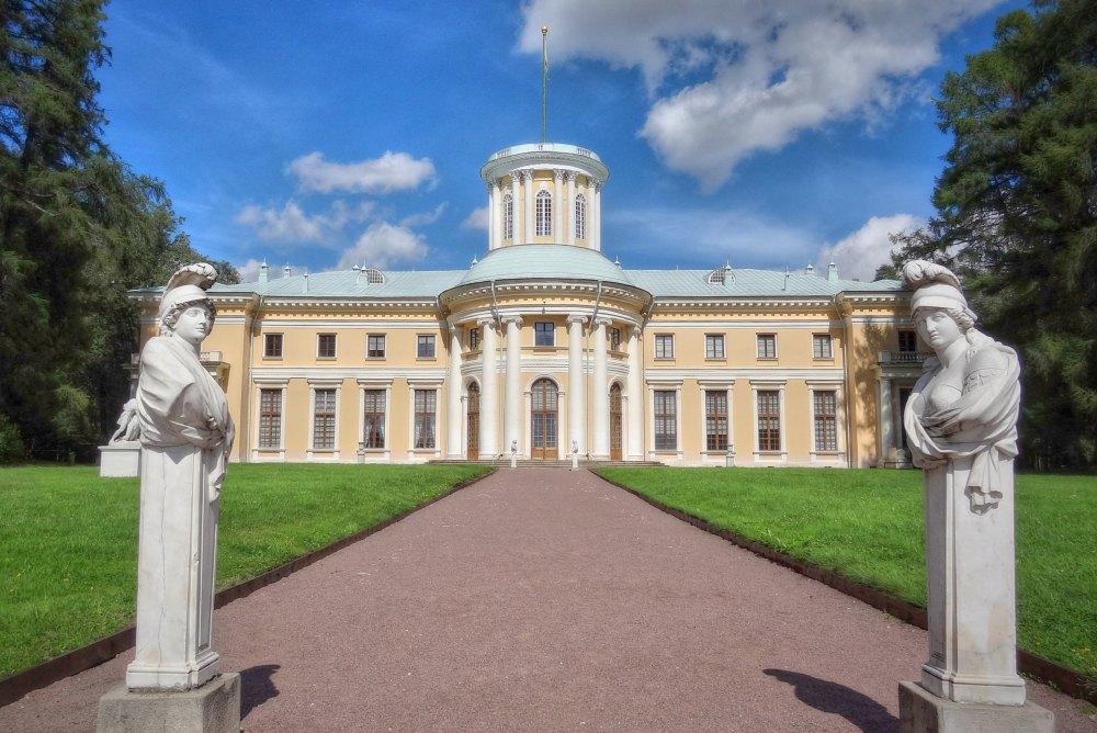 В центре главного фасада – портик из четырех колонн