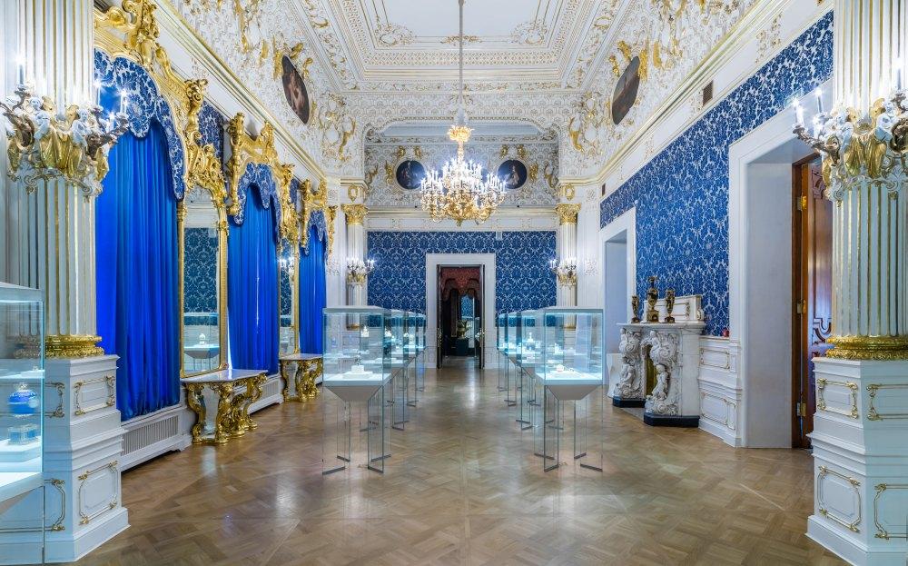 В Синей гостиной выставлены пасхальные яйца Фаберже