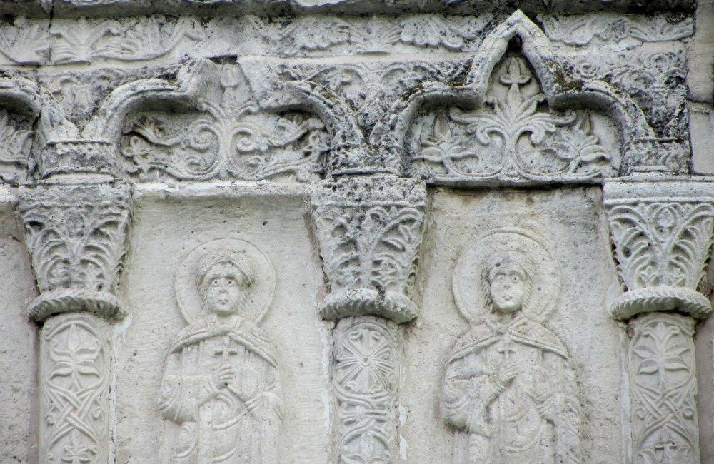 Резьба на стенах храма