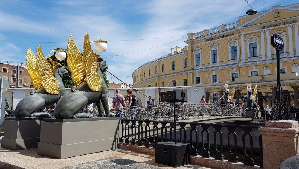 Золотое покрытие крыльев защищено от вандалов