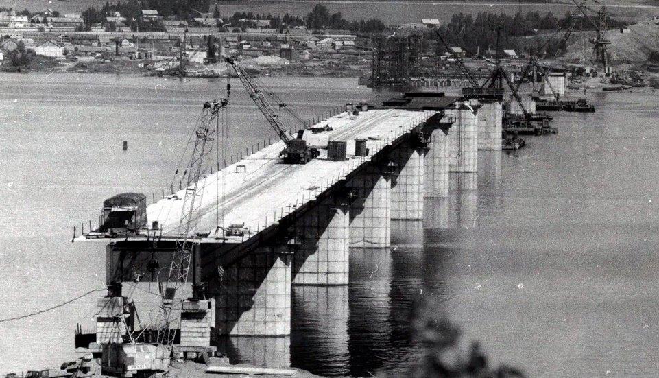 Архивное фото, возведение моста в 90-е годы