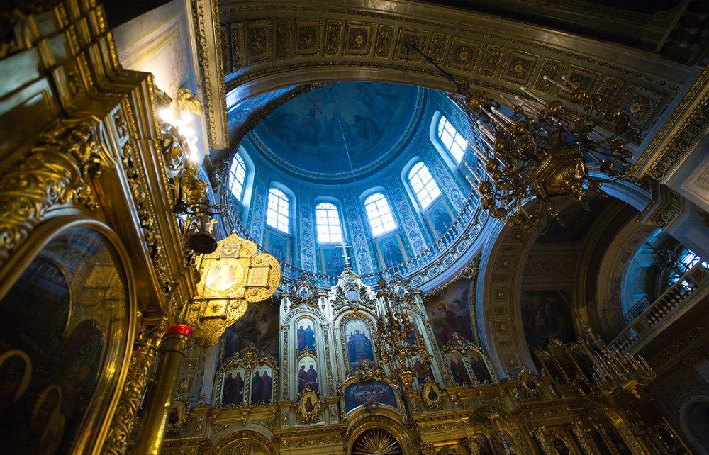 Под куполом храма