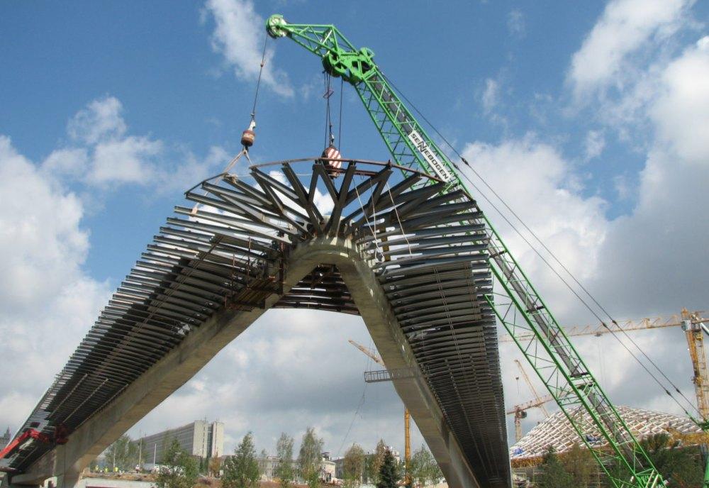 Мост поддерживается натяжными канатами