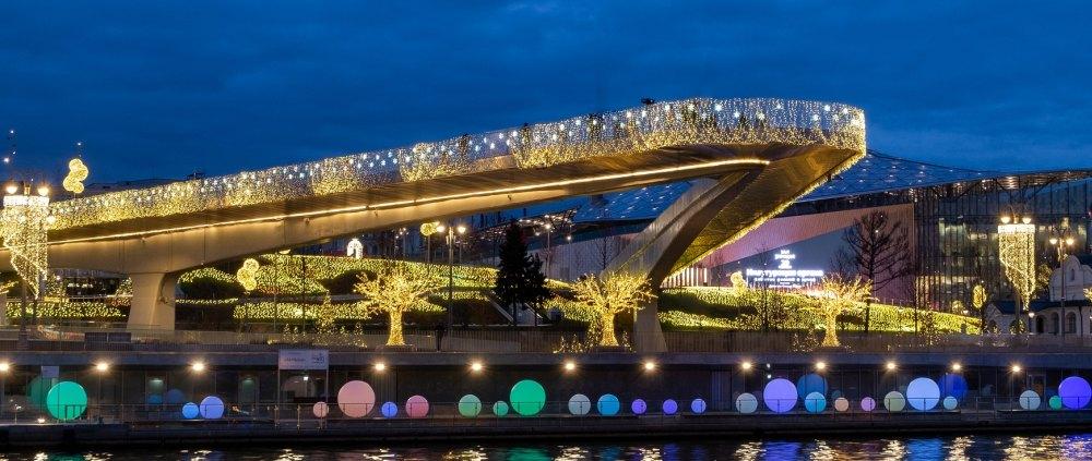 Парящий стеклянный мост в ночных огнях