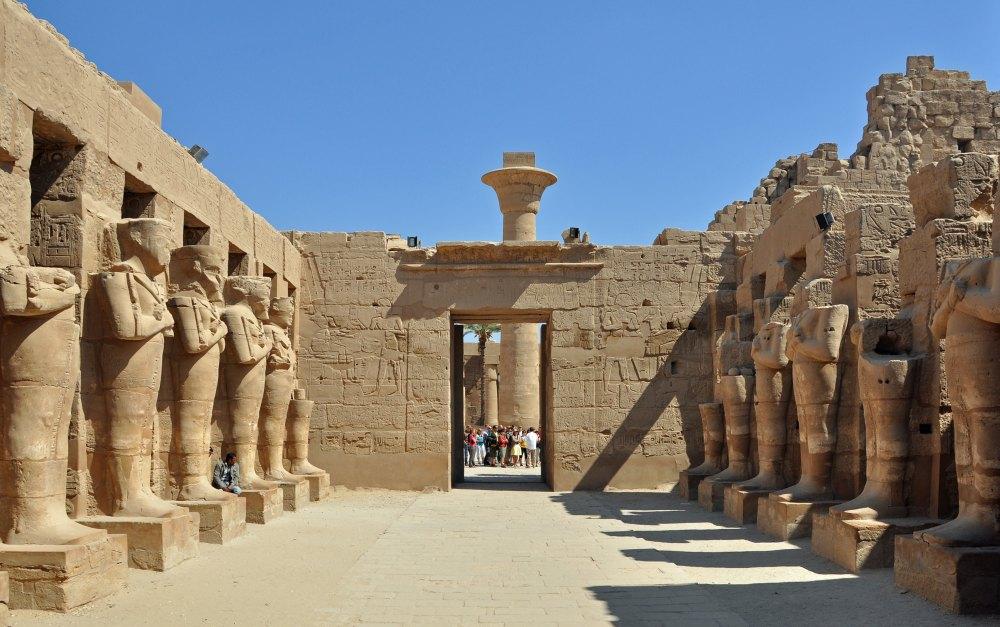 Статуи богов и фараонов