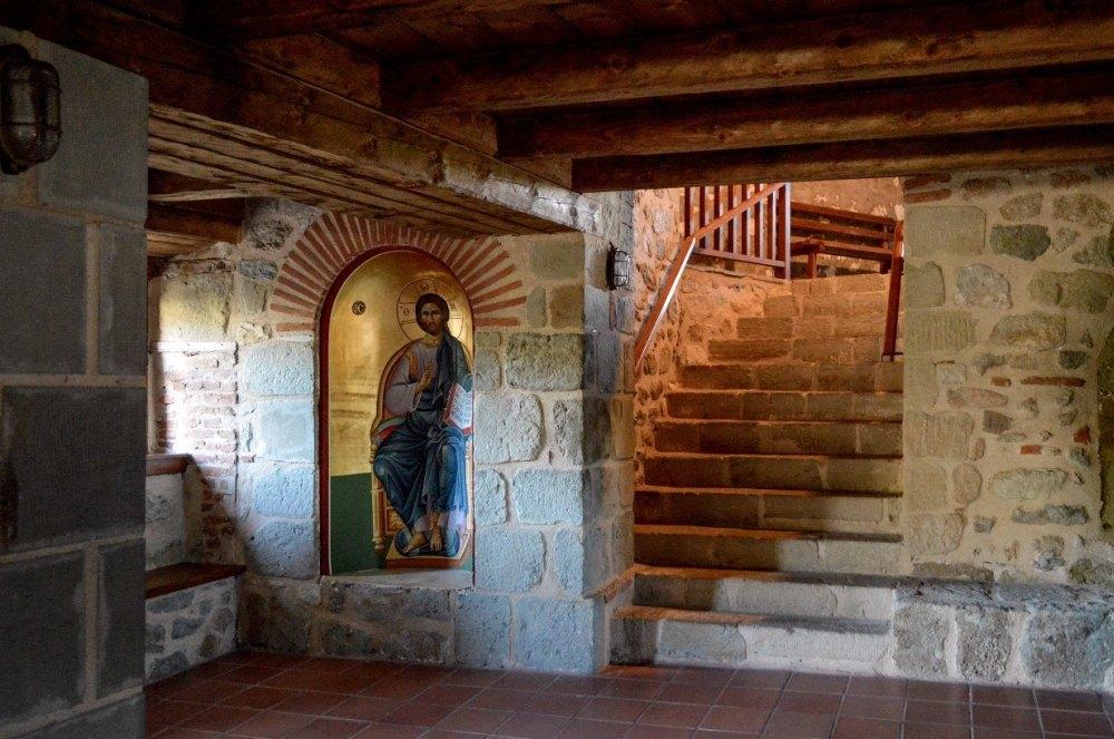 Внутри строения аскетичны, стены и потолки расписаны