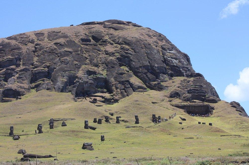 На острове разбросано 1 200 000 каменных истуканов