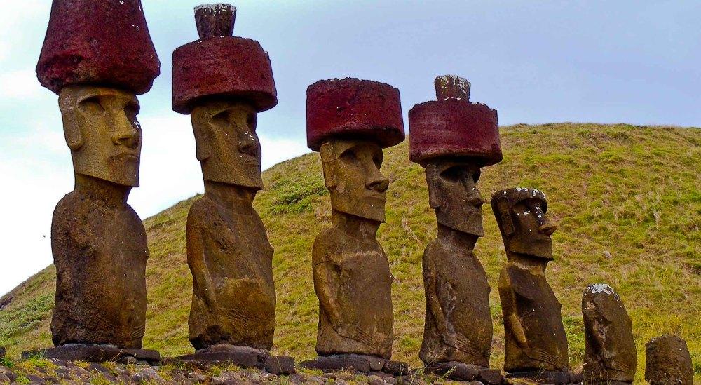 На истуканах красные шляпы