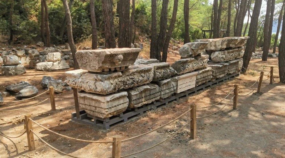 Разрушенные и разграбленные саркофаги