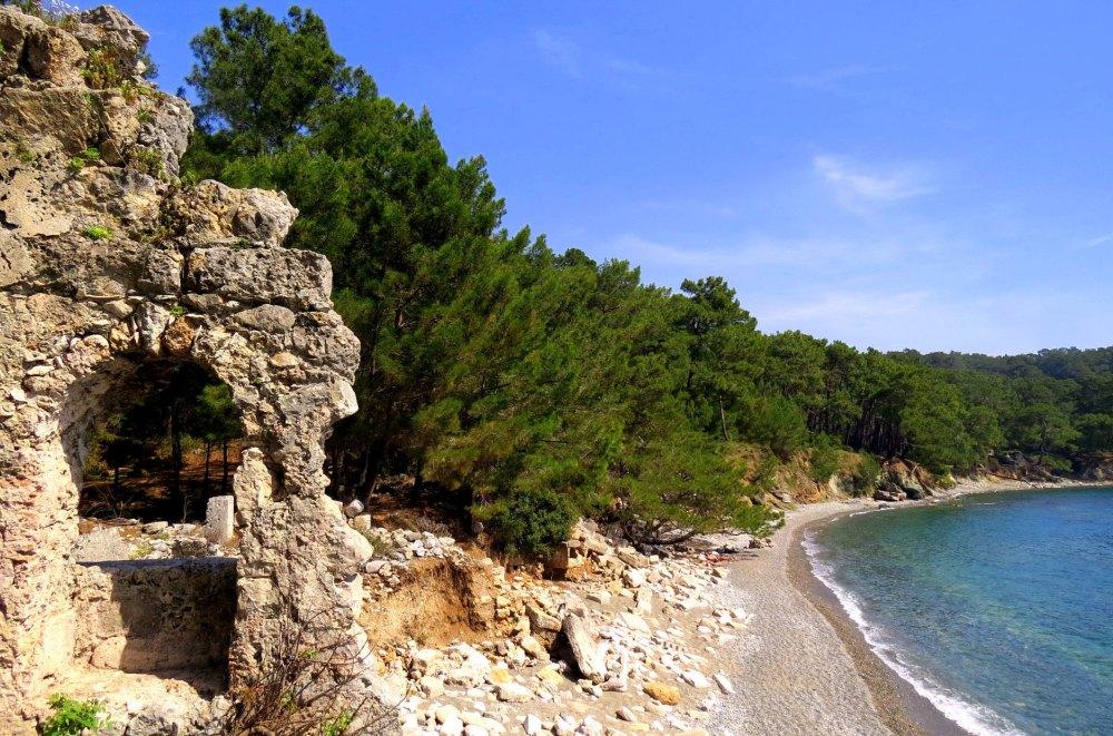 Руины на фоне пляжа