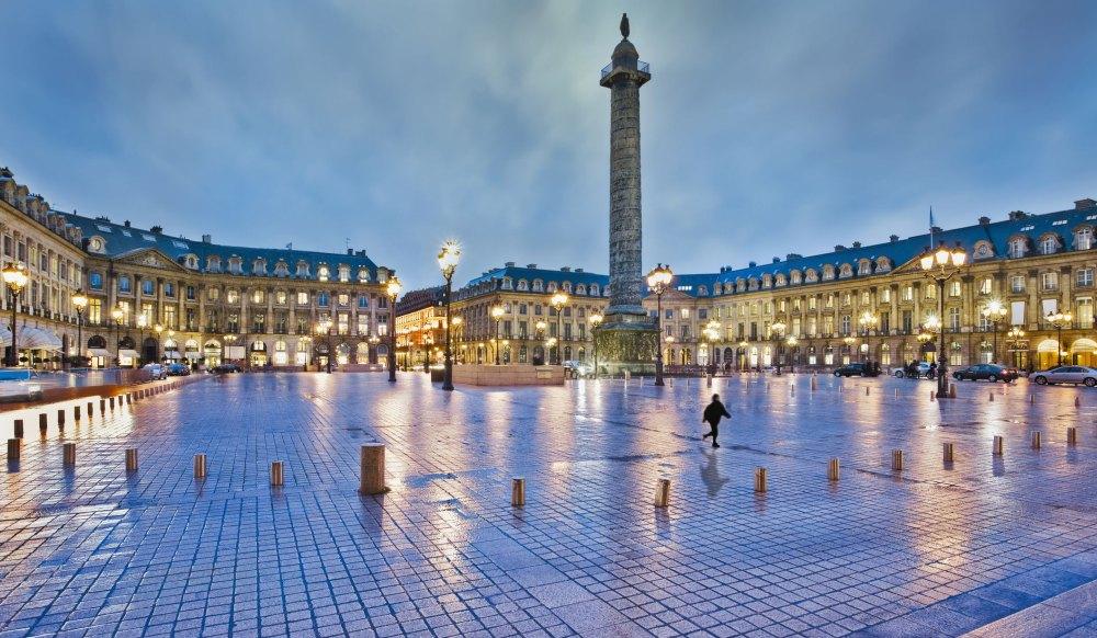 Площадь окружают здания в стиле классицизма