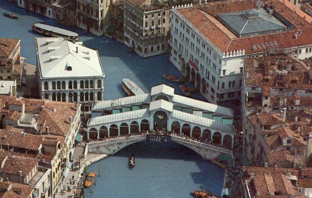 Ажурный мост украшает Гранд канал Венеции