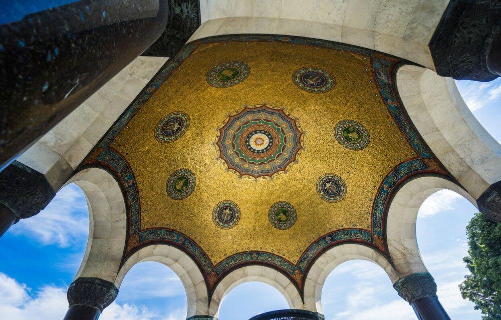 Внутри потолок украшен золотыми мозаиками